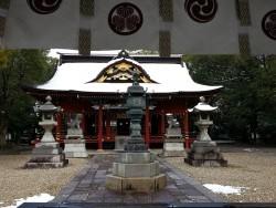雪をうっすらかぶった本殿はとても厳かでした・・・